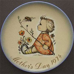 schmid-berta-hummel-mothers-day-plate-1974-The-Bumblebee