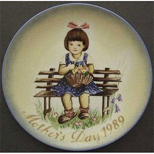schmid-berta-hummel-mothers-day-plate-1989-Pretty-as-a-Picture